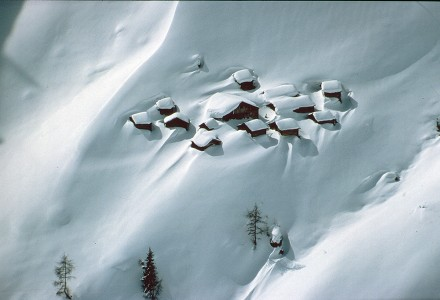 Eingeschneites-Dorf-HP-440x300.jpg